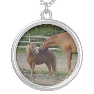 馬はネックレスに接吻します シルバープレートネックレス
