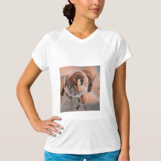 馬を夢を見ること Tシャツ