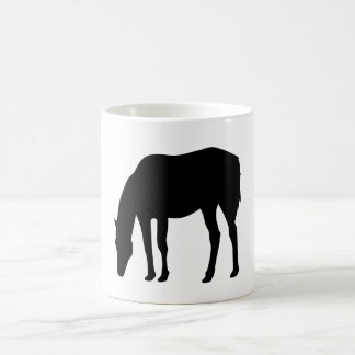 馬を牧草を食べること コーヒーマグカップ
