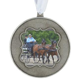 馬ショーを運転するクルミの丘キャリッジ オーナメント