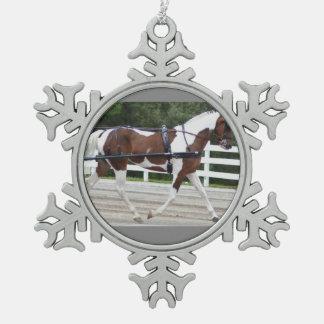 馬ショーを運転するクルミの丘キャリッジ スノーフレークピューターオーナメント