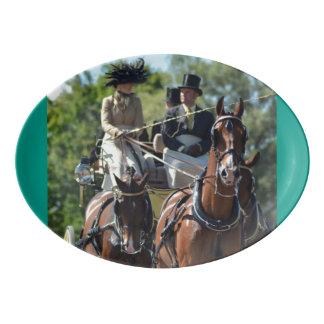 馬ショーを運転するクルミの丘キャリッジ 磁器大皿