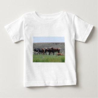 馬及びプレーリードッグ-ローガン郡KSの群れ ベビーTシャツ