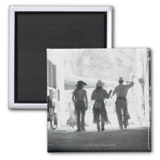 馬小屋を去る3つの牧場労働者の背面図 マグネット