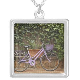 駐車された自転車、Pienza、イタリア、タスカニー シルバープレートネックレス
