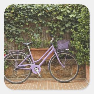 駐車された自転車、Pienza、イタリア、タスカニー スクエアシール