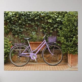 駐車された自転車、Pienza、イタリア、タスカニー ポスター