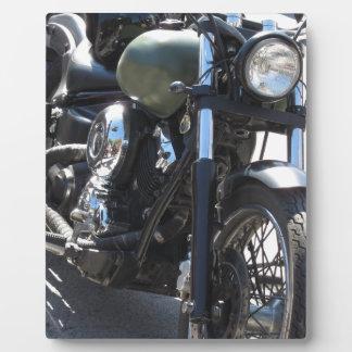 駐車場のモーターバイク。 アウトドアのライフスタイル フォトプラーク