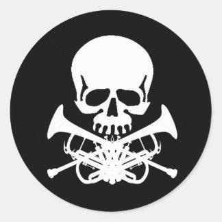 骨が交差した図形としてトランペットが付いているスカル ラウンドシール