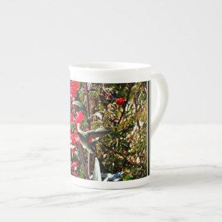骨灰磁器のコップ-木の赤い開花のハチドリ ボーンチャイナカップ
