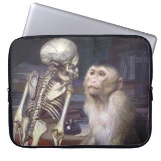 骨組の前の猿 ラップトップスリーブ
