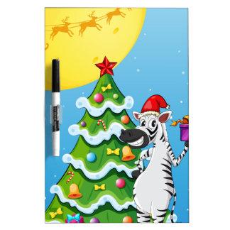 高いクリスマスツリーの側のシマウマ ホワイトボード