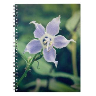 高いホタルブクロの野生の花の螺線形ノート ノートブック