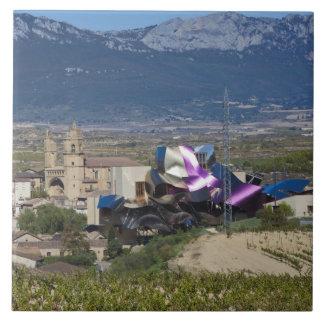 高い町の眺めおよびHotel Marques de Riscal 2 タイル