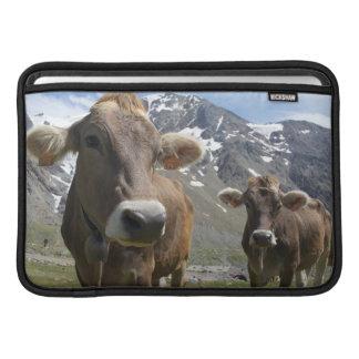 「高山のブラウン」の品種の牛 MacBook スリーブ