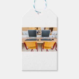 高等学校の教室の2台のコンピュータ ギフトタグ