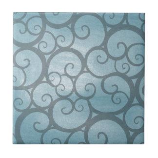魅了された青い波状の渦巻パターン タイル