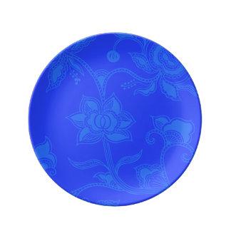 魅力的なヴィンテージの花のエレガントな青 磁器プレート