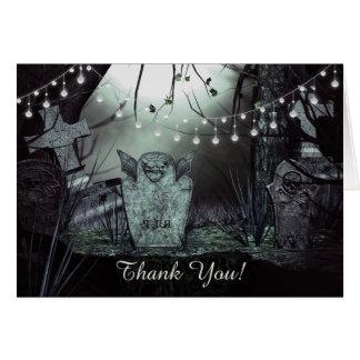 魅惑的なライトが付いているゴシック様式墓地は感謝していしています カード