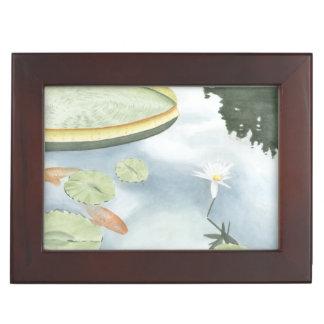魚およびユリとのコイの池の反射 ジュエリーボックス
