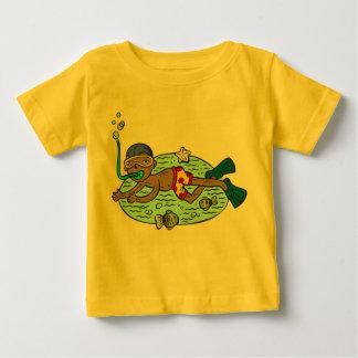魚との男の子の水泳 ベビーTシャツ