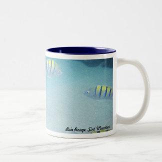 魚のマグによって水泳 ツートーンマグカップ