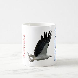 魚のマグを持つ海ワシ コーヒーマグカップ