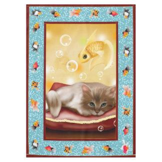 魚の夢を見ている枕日の柔らかい赤ん坊の子ネコ テーブルクロス