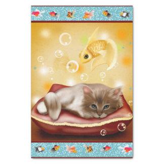 魚の夢を見ている枕日の柔らかい赤ん坊の子ネコ 薄葉紙