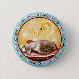 魚の夢を見ている枕日の柔らかい赤ん坊の子ネコ 5.7CM 丸型バッジ
