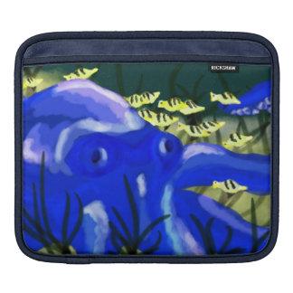 魚を持つタコ iPadスリーブ