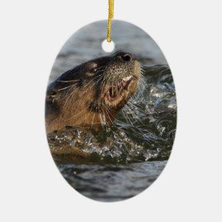 魚を食べている川カワウソ セラミックオーナメント