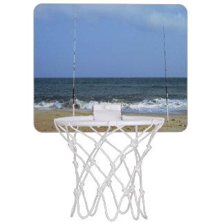 魚釣りポーランド人とのビーチ場面 ミニバスケットボールゴール