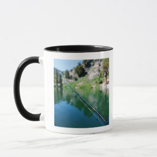 魚釣り棒および湖 マグカップ