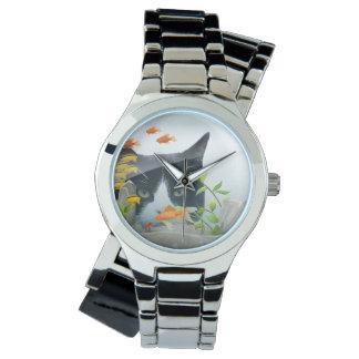 魚飼育用の水槽で凝視している猫 腕時計