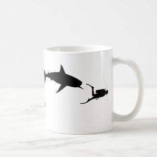 鮫およびスキューバ コーヒーマグカップ