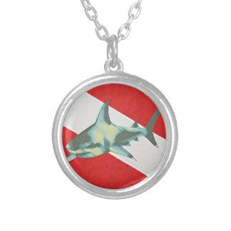 鮫が付いているダイビングの旗 シルバープレートネックレス