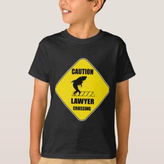 鮫が付いている弁護士の交差 Tシャツ