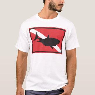 鮫のダイビングの旗 Tシャツ