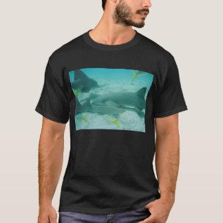 鮫の攻撃 Tシャツ