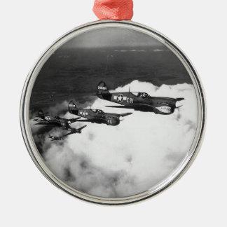鮫ゆっくり進られたP-40戦闘機の黒人のパイロット メタルオーナメント