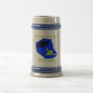 鮫(アンドロイド)とのソフトウェア開発者の水泳 ビールジョッキ