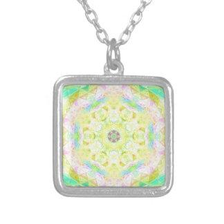 鮮やかで明るいレモンライムのパステルの万華鏡のように千変万化するパターン シルバープレートネックレス