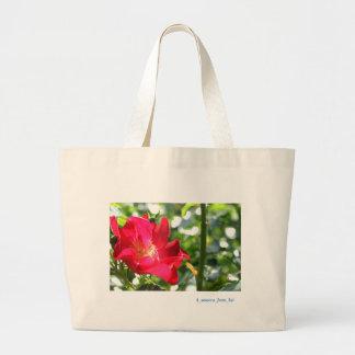 鮮やかな真っ赤なバラ☆バージョン2☆ ラージトートバッグ