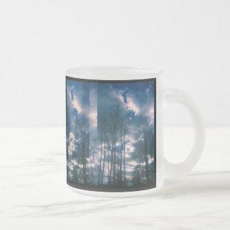 鮮やかな空のマグ フロストグラスマグカップ