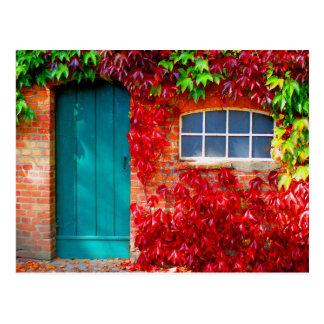 鮮やかな紅葉が付いている景色のターコイズのドア ポストカード
