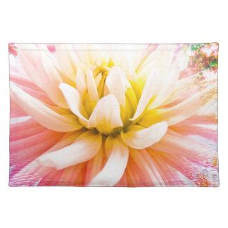 鮮やかな背景の夏のダリアの花 ランチョンマット