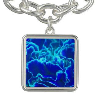 鮮やかな青およびティール(緑がかった色)のカーネーションの花 ブレスレット