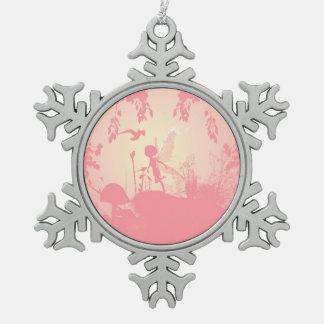 鳥とのピンクのすばらしい妖精のシルエット スノーフレークピューターオーナメント