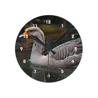 鳥の写真を渡る灰色のガチョウの水泳 ラウンド壁時計